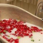 Quelques gouttes d'huiles essentielles dans une baignoire.